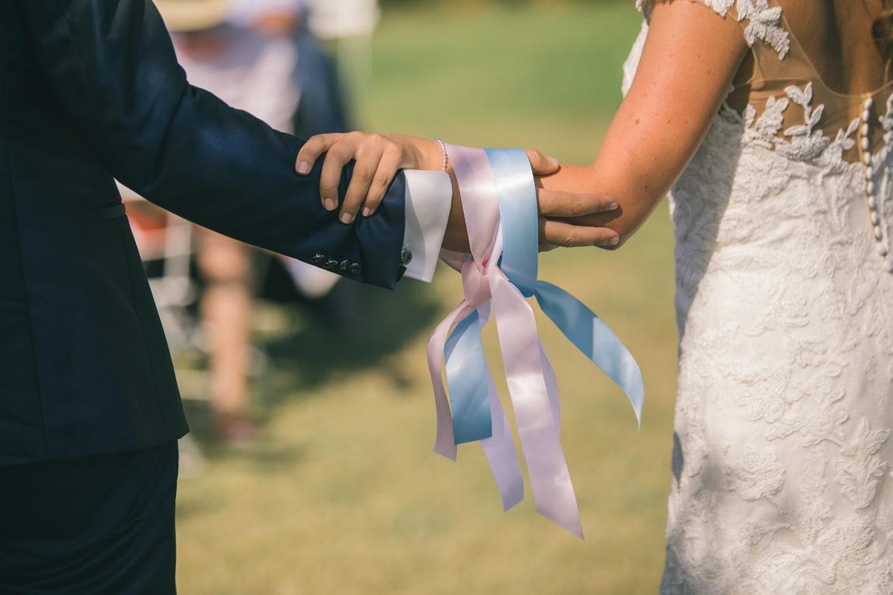 le coeur dans les etoiles - wedding planner - provence - luberon - sardaigne - organisation - mariage - sebastien cabanes - rituel rubans - ceremonie laique