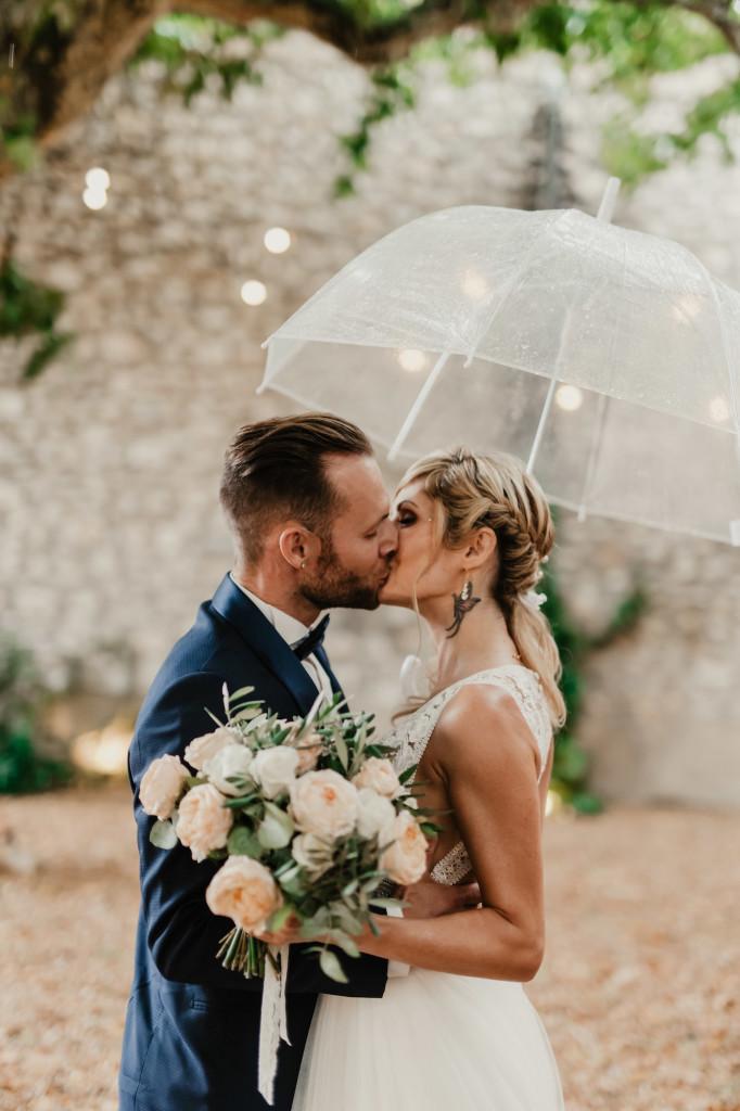 le coeur dans les etoiles - wedding planner - provence - luberon - alpilles - organisation - mariage - wedding - florine jeannot - couple parapluie