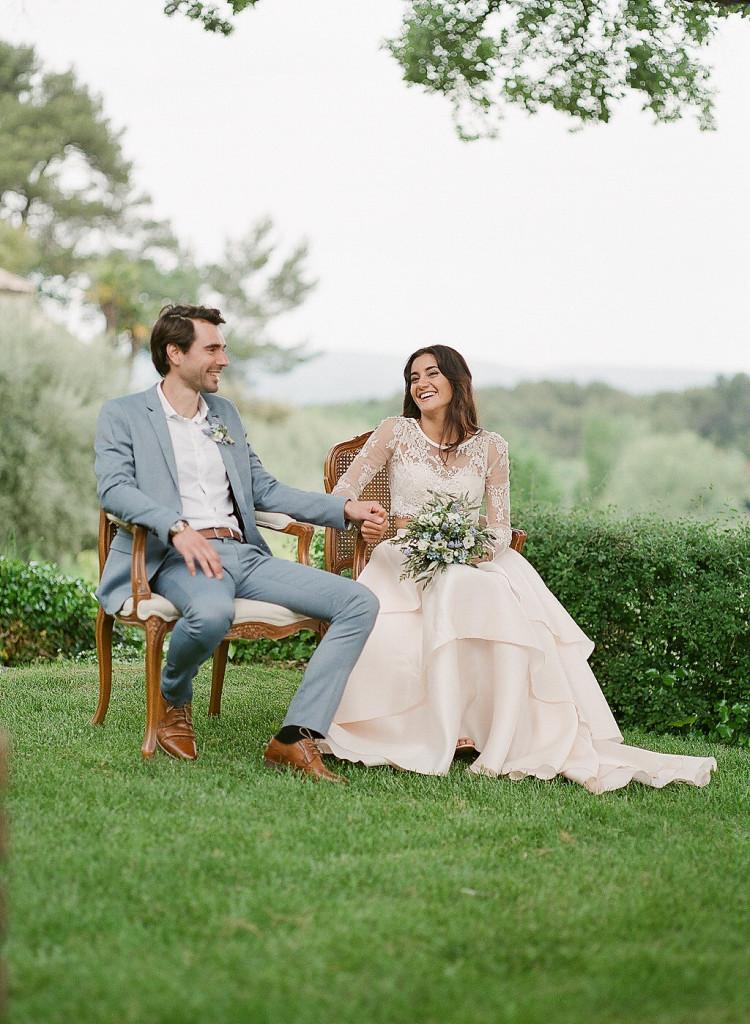La complicité des mariés pendant la cérémonie