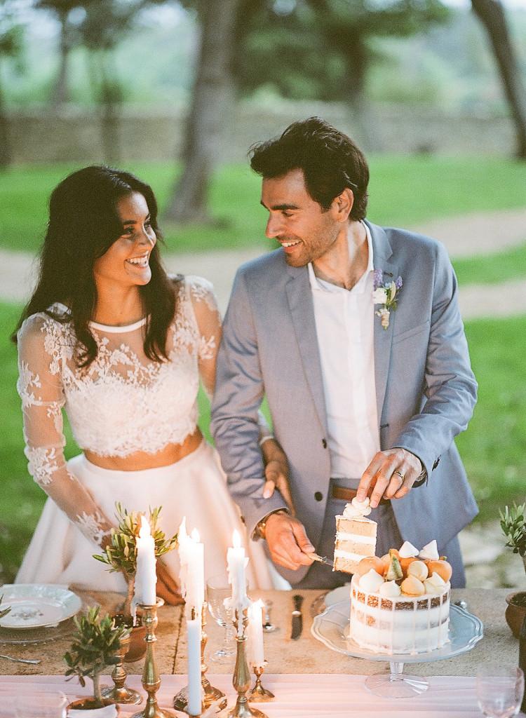 Les mariés découpent le gâteau