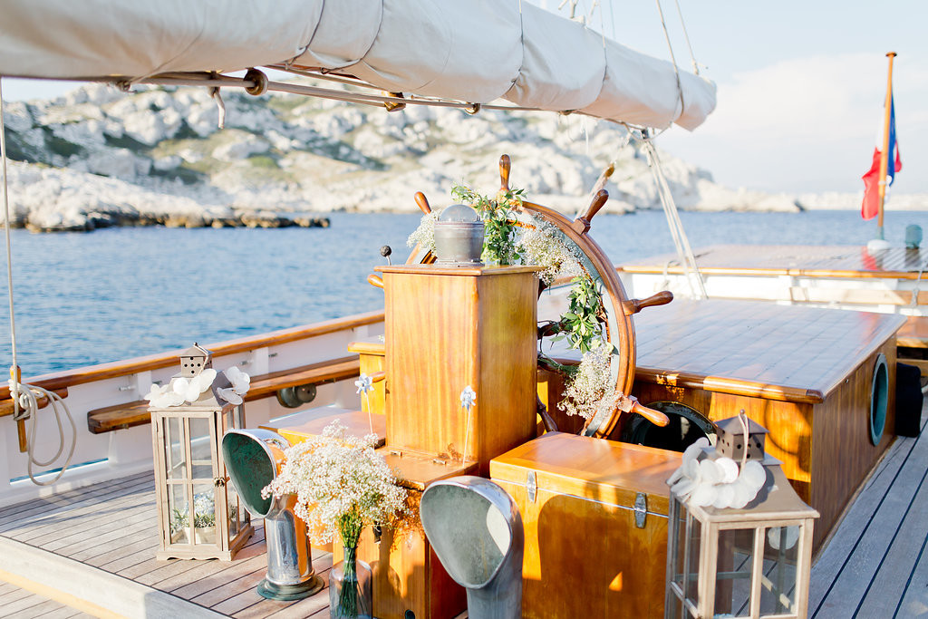 Décoration de cérémonie laïque sur un voilier