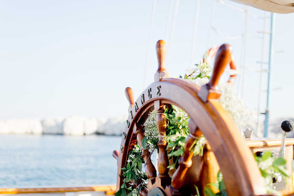 Un voilier décoré pour une cérémonie laïque en mer