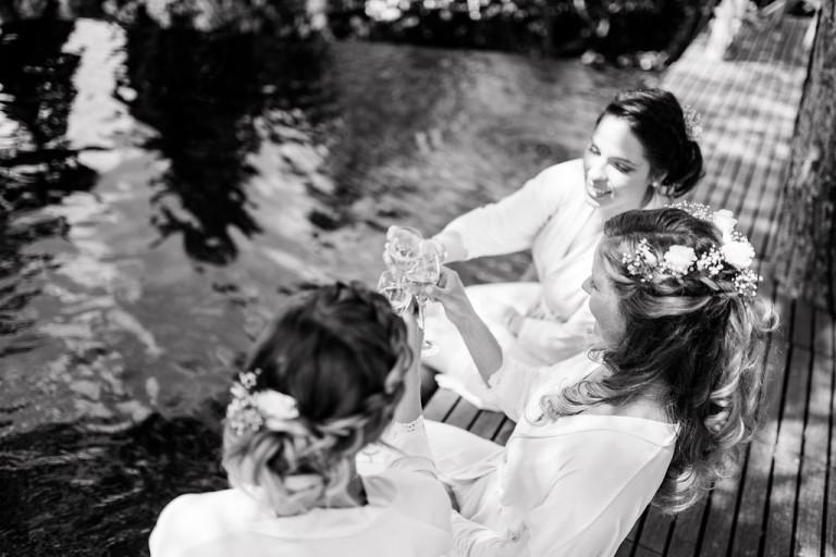 La mariée trinque avec ses témoins