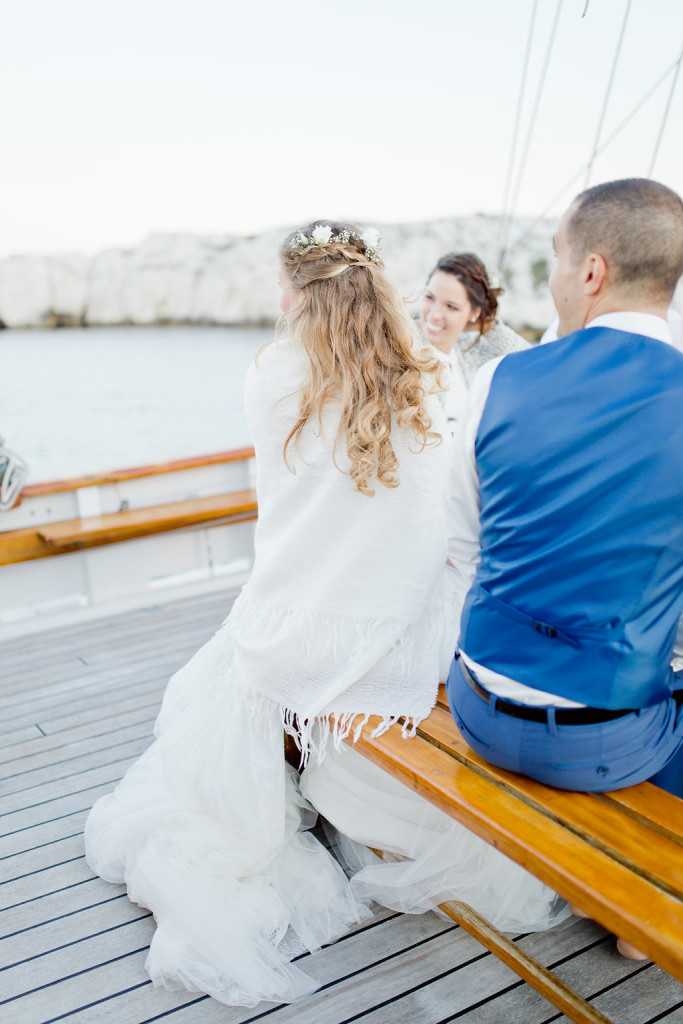Les mariés sur un voilier
