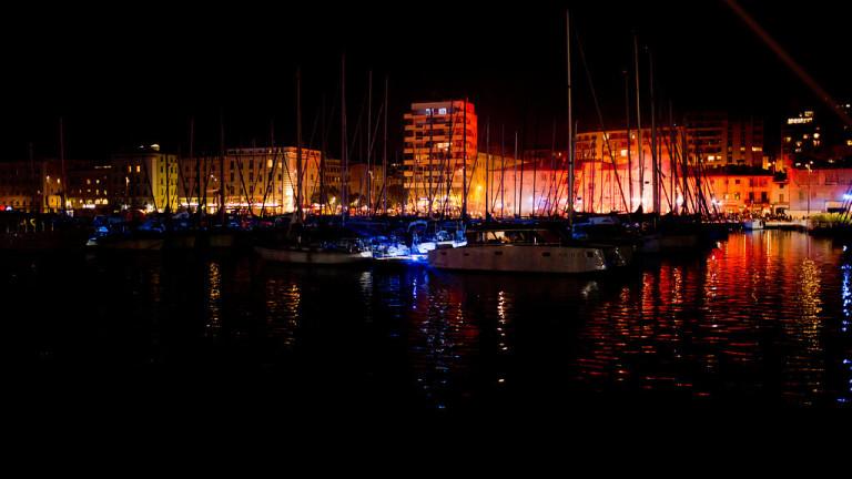 La nuit tombe sur le vieux port de Marseille