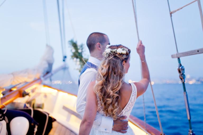 Les mariés admirent la mer